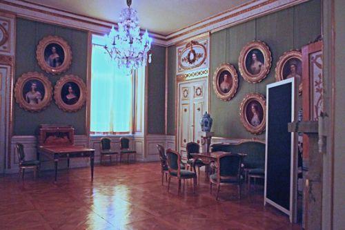 北欧4ヵ国の旅 その59 ストックホルム郊外の世界遺産殿・ドロットニングホルム宮殿の3階の王室の肖像画のある部屋