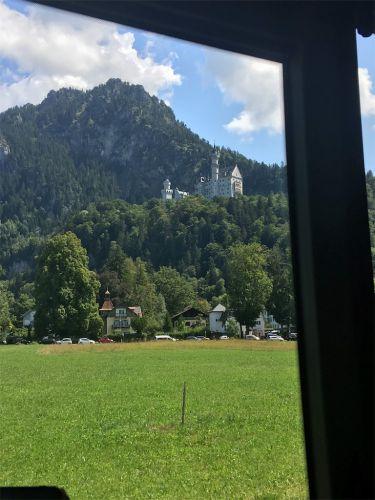 【ドイツ旅行⑧】牧場に佇む世界遺産「ヴィースの巡礼教会」フュッセンからの行き方(バス)。鞭打たれるキリストの木像にまつわる奇跡のエピソード! - 旅好きアラサー女子の世界一周