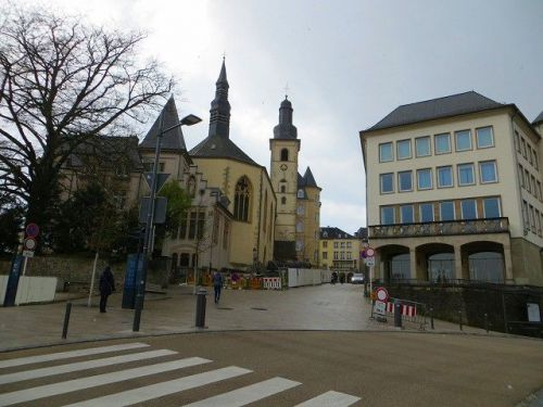 Eglise St. Michel  聖ミッシェル教会 ルクセンブルク 旧市街 世界遺産 カワイイ石畳の小道と看板が♪